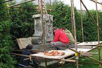 Stěhování sochy svatého Jana Nepomuckého v Bludově řídil restaurátor akademický sochař René Tikal