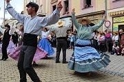 Divácky nejoblíbenější je roztančená ulice. Všechny zúčastněné soubory projdou v průvodu Šumperkem, na několika místech se zastaví a zatančí či zazpívají. Obrovský úspěch sklízeli i tanečníci z Portugalska