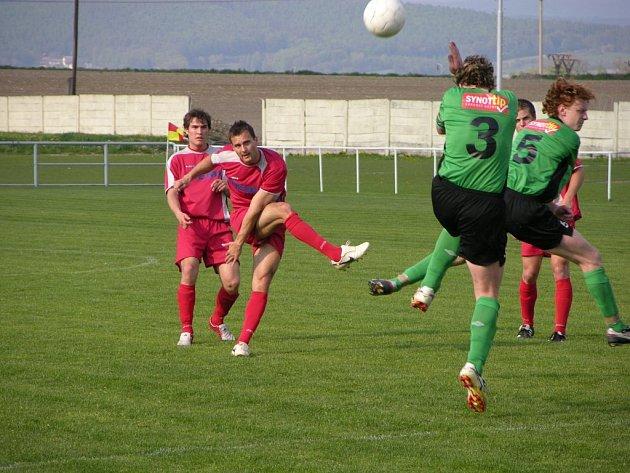 Mohelničtí fotbalisté (červené dresy) vedou tabulku krajského přeboru.