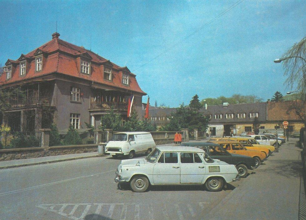 1. PRO NEJMENŠÍ. Kojenecký ústav OÚNZ uprostřed města. Provoz zde byl i vtehdejší době značný.