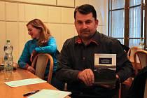 Obchodní ředitel jesenických lázní Tomáš Rak s knižní novinkou Aloise Kubíka.