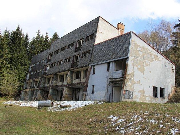 Zchátralý hotel Ski uOstružné na konci března 2016