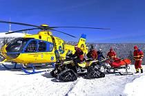 Pro zraněného lyžaře na sjezdovce na Ovčárně musel přiletět vrtulník