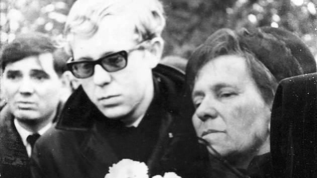 Foto z pohřbu Jana Zajíce, který se uskutečnil 2. března 1969 ve Vítkově. Na snímku je Zajícův bratr a maminka.