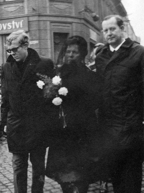 Foto zpohřbu Jana Zajíce, který se uskutečnil 2.března 1969ve Vítkově. Na snímku je Zajícův bratr, maminka a otec.