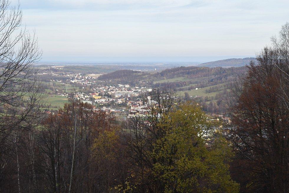 Pohled z lázeňské kolonády v Jeseníku na Českou Ves a Písečnou 15. listopadu 2020.