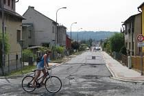 Zatímco v mnoha lokalitách v Zábřehu ještě pracují dělníci na výstavbě kanalizační sítě, v některých ulicích už se začínají opravovat silnice a chodníky a pokládat nový asfalt.