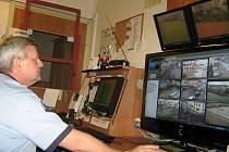 Jesenický strážník sleduje záběry jedenácti kamer