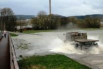 Silnici z Bohuslavic do Lukavice na Zábřežsku zatopila po vydatných deštích voda rozlitá z řeky Moravy.