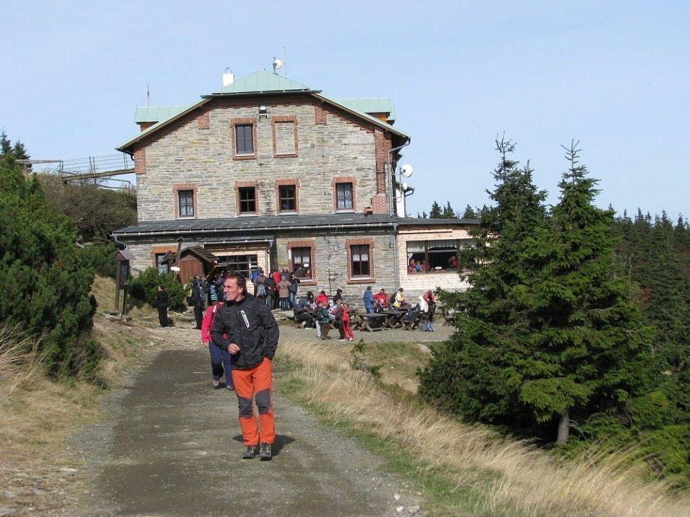 Na chatě Jiřího na Šeráku bylo v sobotu živo.