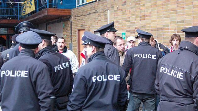 Policisté přehradili oba tábory fanoušků