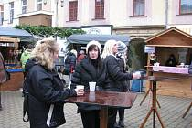 Dřevěné domky s vánočními nápoji a specialitami zaplnily šumperský Točák.