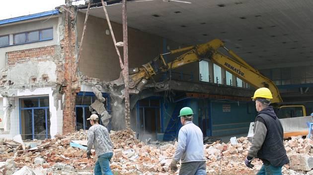Demolice zábřežského bazénu pokračuje likvidací hlavní haly.
