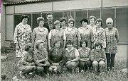 KOLEKTIV ZTOVÁRNY. Kolektiv brigády Železáren a drátoven Bohumín, závodu Kamenná. Foto ze sedmdesátých let.