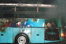 Požár zničil zájezdový autobus u Hanušovic.