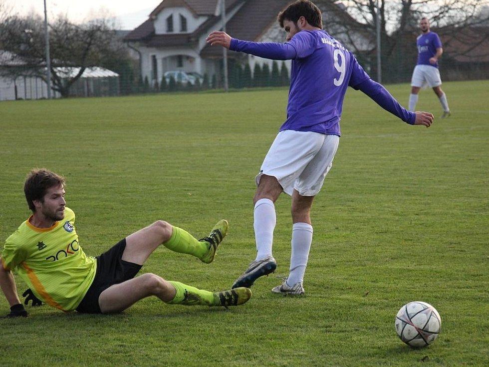 Rapotín (ve žlutém) zdolal v derby Velké Losiny.