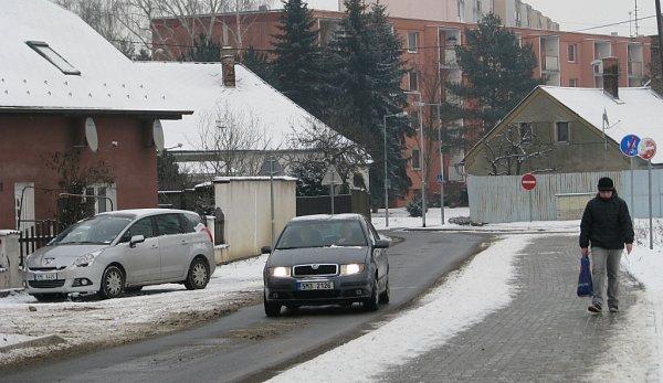 Nově opravené ulice vcentru Mohelnice jsou po rekonstrukci podstatně užší než dříve. Podle odborníků to má přispět ke zpomalení dopravy a tím ke snížení počtu nehod a zmírnění jejich následků. Mnozí motoristé to ale kritizují.