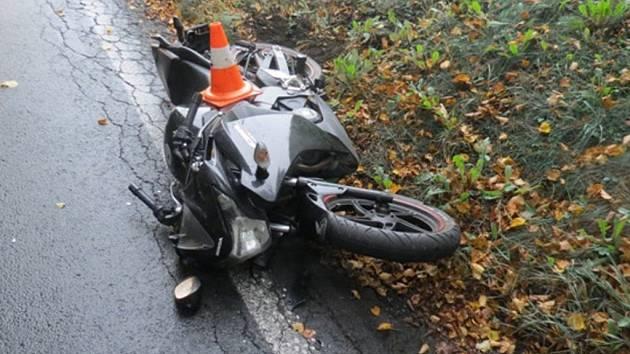 Motorkář havaroval při výjezdu ze Žulové.