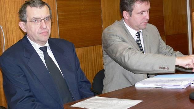 Antonín Janhuba (vlevo) u soudu, vedle něj je jeho advokát Michal Zahnáš