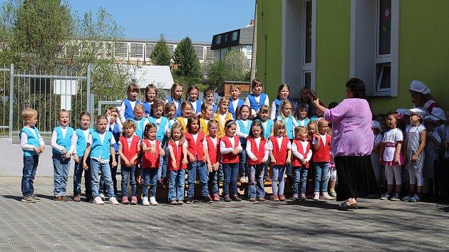 """Slavnostní otevření """"zelené"""" školky v Temenické ulici v Šumperku ve čtvrtek 25. dubna."""