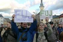 Demonstrace proti stavbě papírny Wanemi.