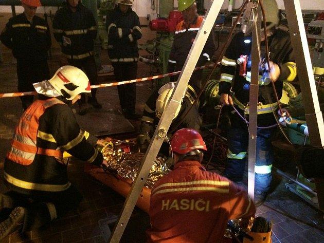 Hasičské cvičení na téma vyprošťování zraněného ze suché jímky v podzemních prostorách Přečerpávací vodní elektrárny Dlouhé Stráně.