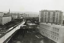 Pohled z ulice Lidická na sídliště v Mohelnici. V prostoru za velkým panelovým domem vpravo zatím chybí základní škola Vodní.