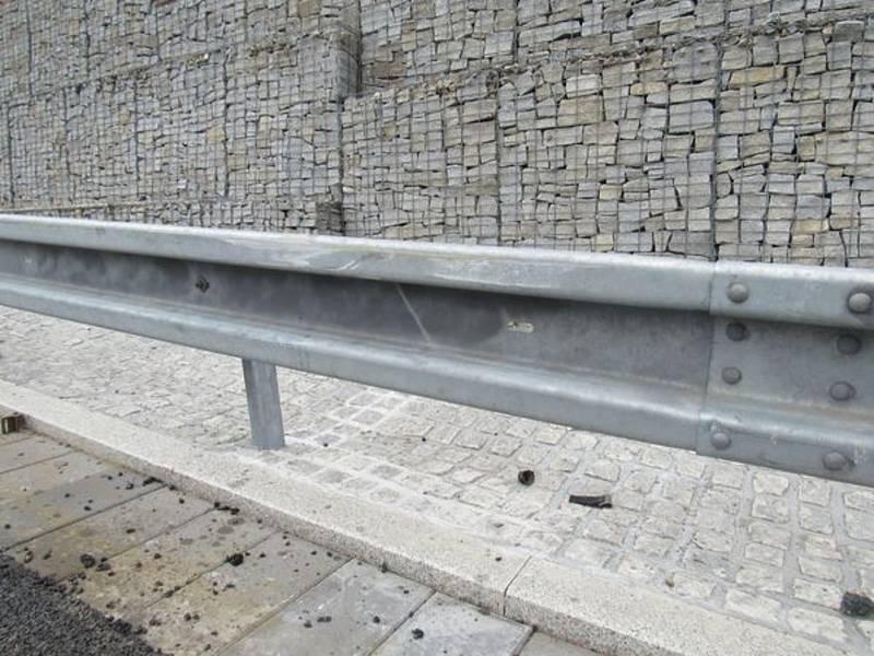 Poničená vozovka u Červenohorského sedla