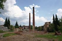 Dělníci postupně bourají zchátralé tovární haly, které tvoří jádro bývalé textilky Perla v centru města.