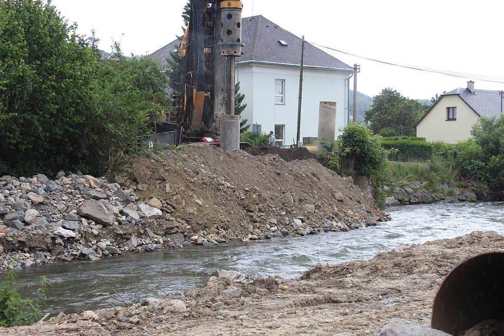 Stavba protipovodňových opatření na řece Desné - lokalita u rapotínského náměstí.