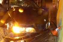 Opilý řidič ve Vidnavě se pokoušel ujet policistům, narazil do domu.