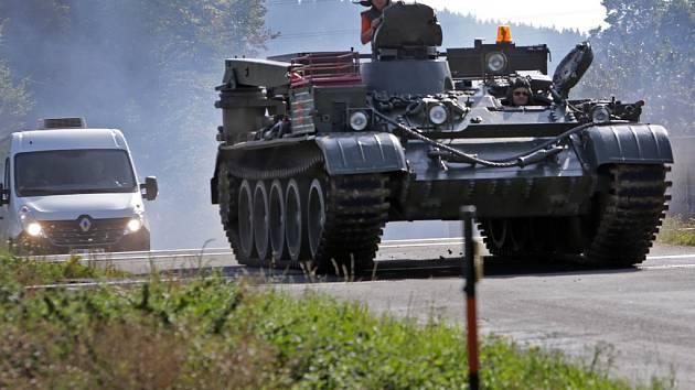 Pětatřicetitunový vyprošťovací tank na cestě do Muzea silnic ve Vikýřovicích