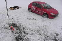 Na silnici mezi Kláštercem a Bludovem vjel  do pole řidič peugeotu,  jehož vůz se stal neovladatelný poté, kdy vjel na namrzlý most