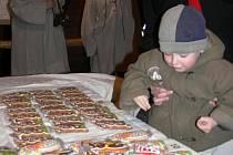 Při otevření výstavy si návštěvníci mohli koupit i čerstvé perníky z dílny sběratelova zetě Milana Kouřila. Zabalené v celofánu prý vydrží jedlé celý rok.