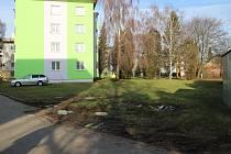 Místo budoucího parkoviště na ulici Sokolská v Lošticích.