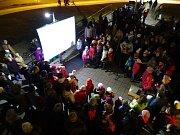 Česko zpívá koledy v Šumperku u divadla 2015