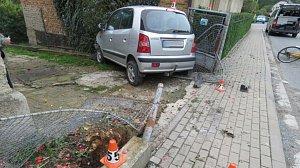 Ženu v Rohli smetlo před domem auto
