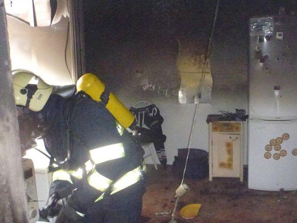 Hasiči zasahovali u požáru v ulici Boženy Němcové v Zábřehu.