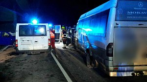 Srážka dodávky, mikrobusu a dvou osobních vozidel nedaleko Písařova