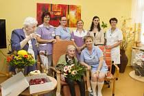 Rodačka ze Zábřehu Marta Musilová (uprostřed) oslavila 107. narozeniny.