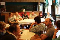 Zasedání jindřichovského zastupitelstva 5. června sledoval plný sál místní hospody. Nový starosta Martin Navrátil ve světlé košili třetí zprava.