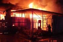 Požár haly plné uskladněného materiálu museli hasiči zlikvidovat hasiči.