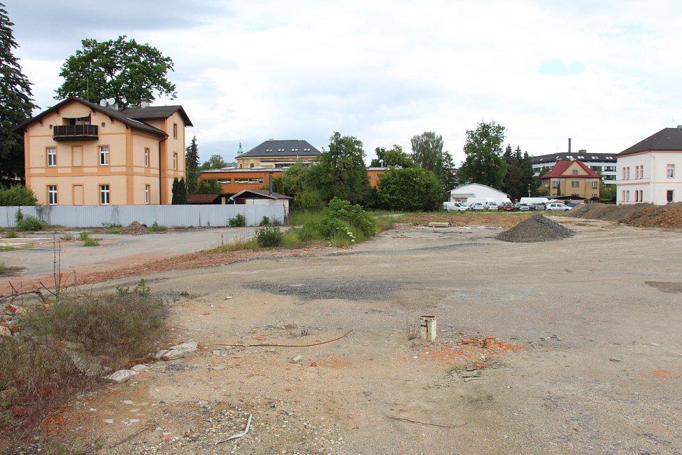 Areál bývalé Hedvy leží blízko centra Šumperku, zároveň je výborně dopravně dostupný z průtahu městem.