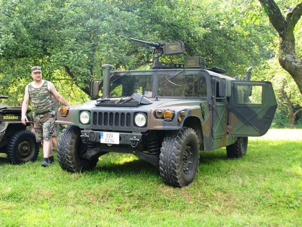 Na sto padesát vojenských veteránů z celé Evropy se sjelo na louku za Zvolí směrem na Jestřebí na tradiční sraz.
