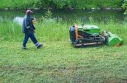 Robotickou sekačku jiného typu než zábřežské technické služby využívá Povodí Moravy. Na snímku při sečení břehů Moravské Sázavy v květnu 2019.