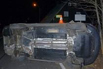 Čtyřicetiletý řidič Škody Octavie boural v pondělí 24. února v Bělé pod Pradědem. Leknul se protijedoucího vozu, strhnul řízení do příkopu a převrátil své auto na bok.