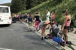 Na Praděd o prázdninách míří davy, nejen o víkendech, ale i uprostřed týdne to na asfaltce vedoucí k vrcholu vypadá jako na Václaváku, 12. srpna 2020