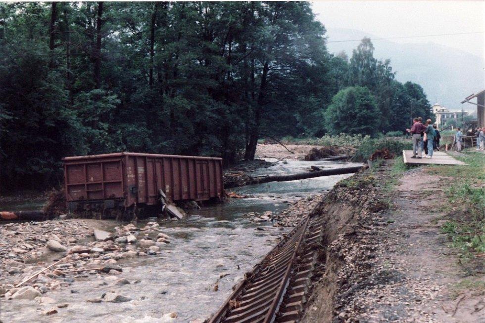 Zničená trať v Loučné v červencí 1997.