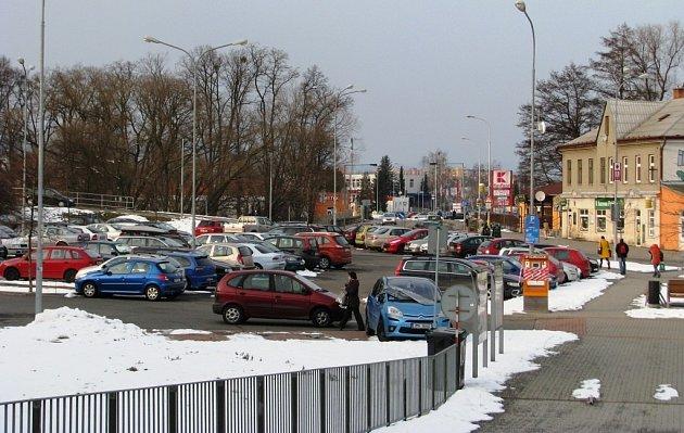 Od pátku 1. března už budou muset řidiči platit parkovné i na velkém parkovišti u nádraží v Zábřehu, kde mohli až dosud stát zdarma.