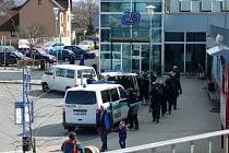 Policisté v neděli 1. dubna na zábřežském nádraží hlídali rychlík s fanoušky Slavie.